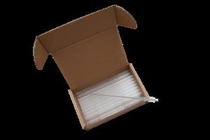 otvorena kutija sa staklenim slamkama